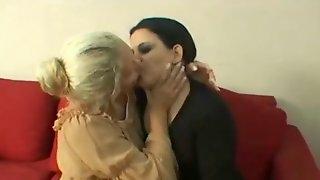 Lesbo waiting-kissing room