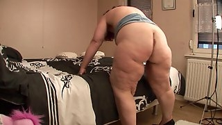Fat sex goddess Jasmina spreads her legs for a solo session